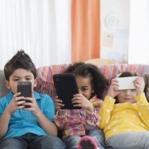 Με τι απασχολούνται τα παιδιά σήμερα για περίπου επτά ώρες την ημέρα;